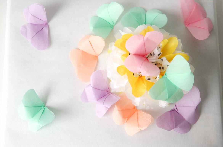 Geschenkverpackung mit Pompon und Schmetterlingen aus Seidenpapier