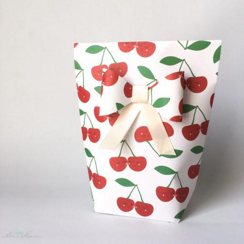 Geschenktüte mit Papierschleife. Kirschen zur Hochzeit. Verpackt von SchönHerum.