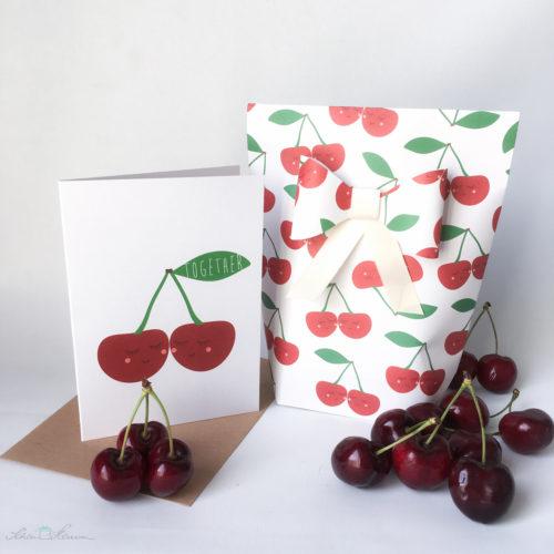 """Geschenktüte mit Papierschleife und passende Karte. Kirschen """"Together"""" zur Hochzeit. Verpackt von SchönHerum."""