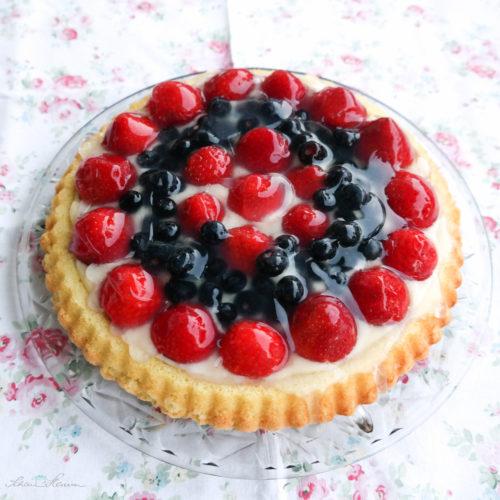 Erdbeer-Heidelbeer-Torte mit selbst gebackenem Tortenboden.