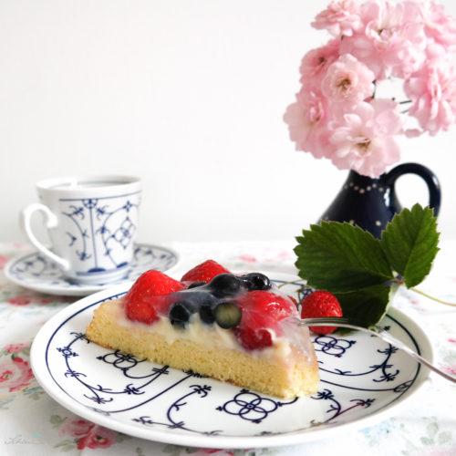 Erdbeer-Heidelbeer-Torte mit Pudding. Tortenboden selbst gemacht. Gebacken mit SchönHerum.