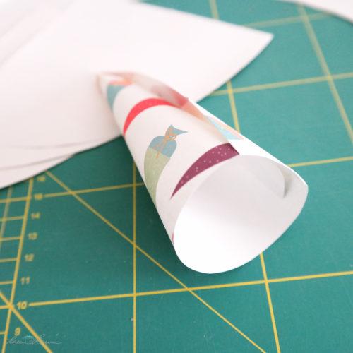 Papier zusammenrollen.