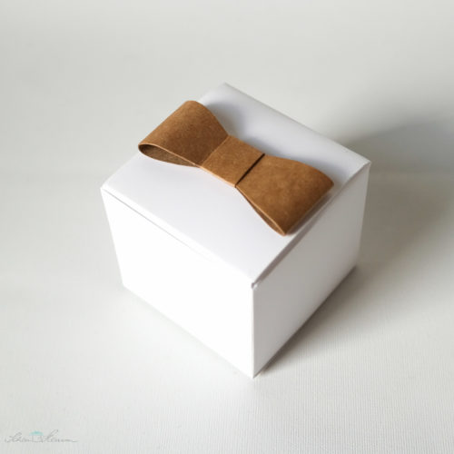 Geschenkschachtel mit Papierschleifen, weiss und naturbraun