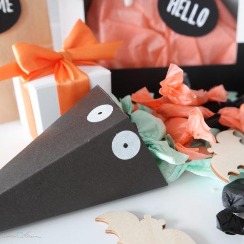 Papiertüte mit Karamellbonbons und Geschenkverpackung