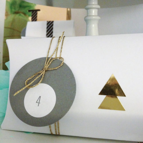 adventskalender-inspiration-kissenschachtel-weiss-gold-dreiecke-aufkleber