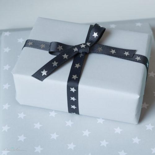 Geschenkpapier einfarbig grau und mit Sternen