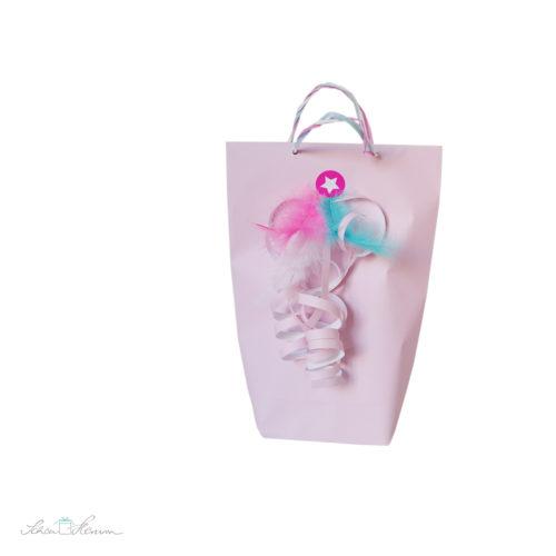 Geschenkverpackung, rosa, mit Federn in pink und blau