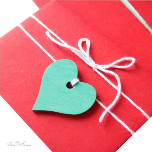 roter Liebesbrief mit Herzanhänger, mintgrün