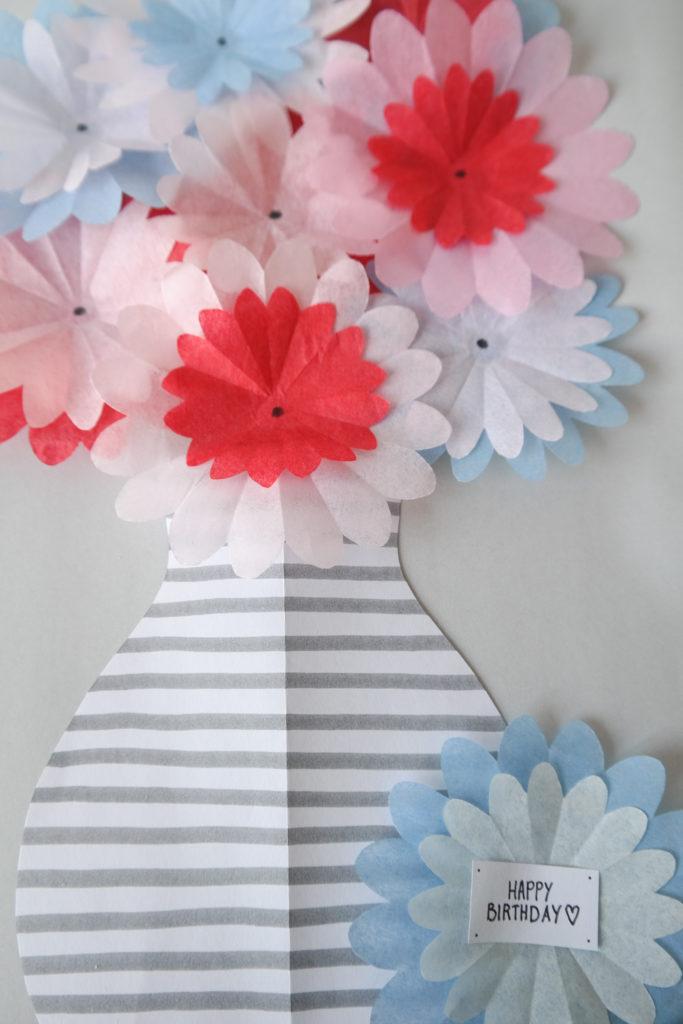 Papierblumen aus Seidenpapier mit Vase