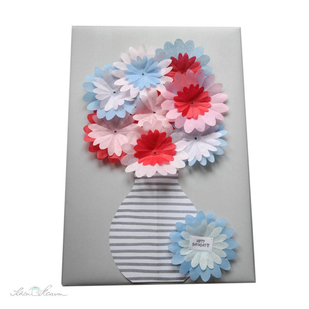 originelle Geschenkverpackung mit Papierblumen zum Geburtstag