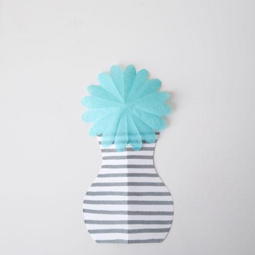 Seidenpapierblume mit Vase