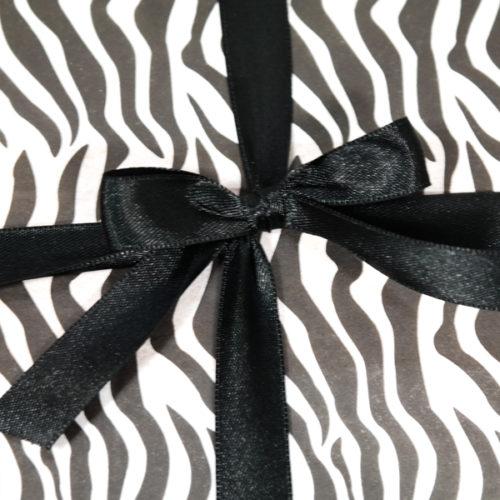 Geschenkverpackung, schwarz-weiß. Zebralook.