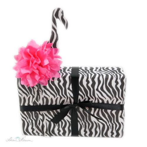 Flamebra. Flamingo und Zebra. Geschenkverpackung schwarz-weiß.