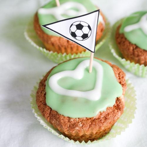 Muffin mit Joghurt und Dekofähnchen zum Fussballspiel