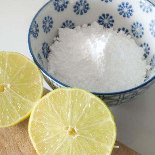 Puderzucker und Limette für den Zuckerguss